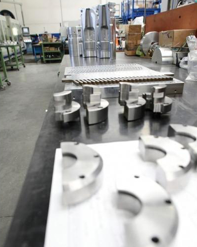 Confezionamento prodotti chimici, ricambi meccanici industriali, costruzione stampi